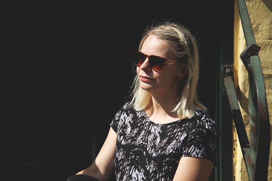 Sort solskinsoutfit og en sød medblogger